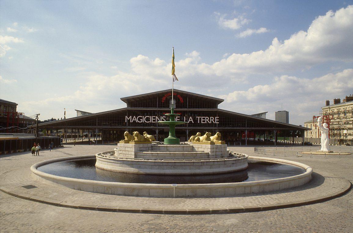 Magiciens de la terre in der Grande Halle, Parc de la Vilette, Paris 1989 © Centre Pompidou, Bibliothèque Kandinsky